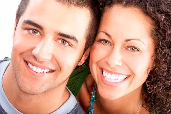pessoas que usar tratamento para clarear os dentes