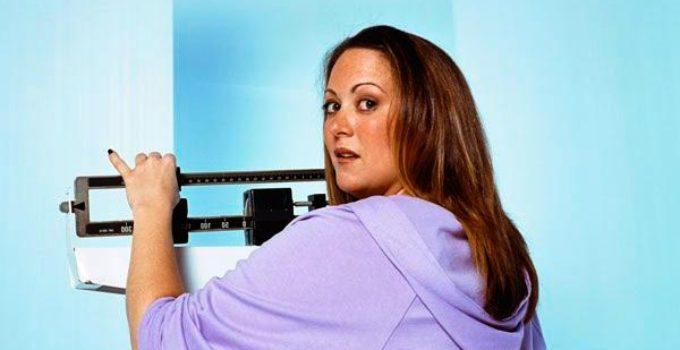 mulher pesando na balança