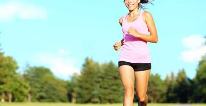 uma mulher correndo