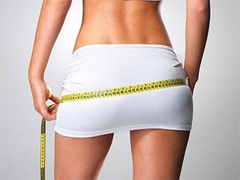 mulher tirando medidas com fita métrica