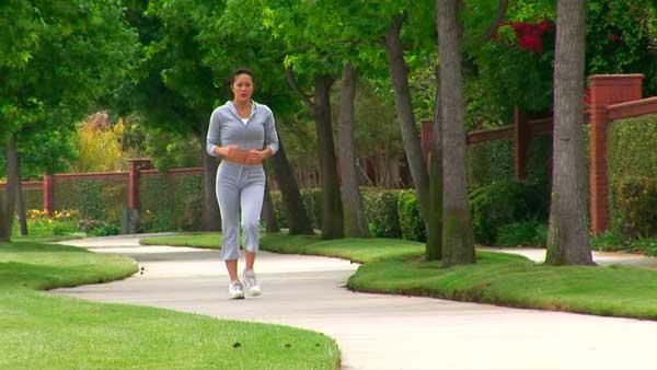 caminhando para queimar calorias nas pernas e no corpo
