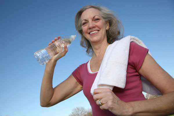 beba agua durante as caminhadas