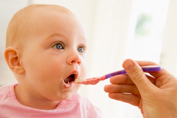bebê comendo uma papinha nutritiva
