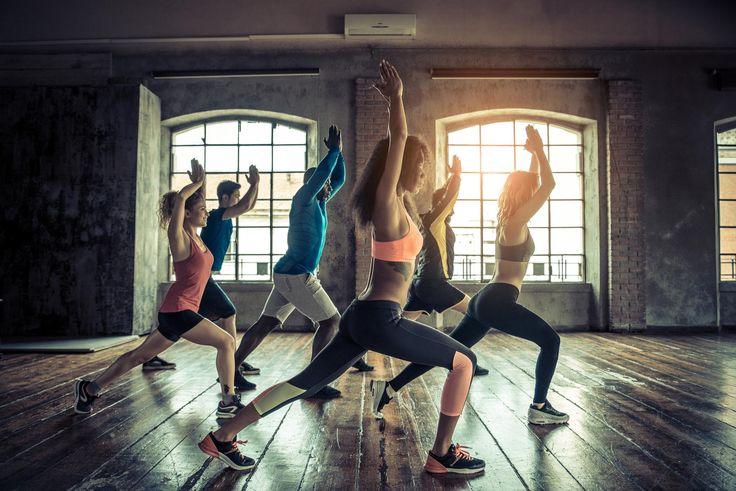 aula com participantes fazendo atividade de postura