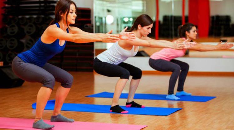 mulheres praticando exercício