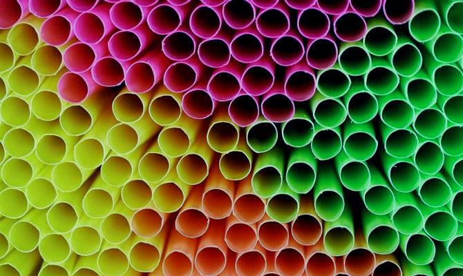 canos coloridos deitados
